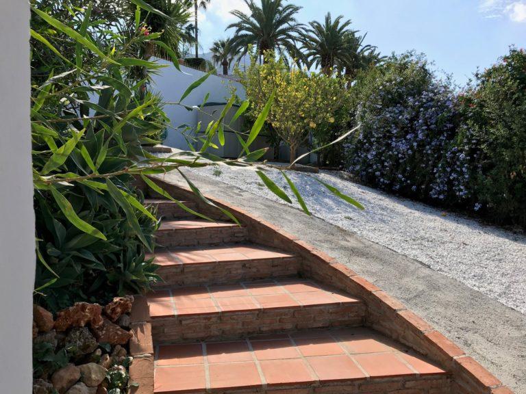 Casa Bajo trap en glad betonnenpad naar het huis 7